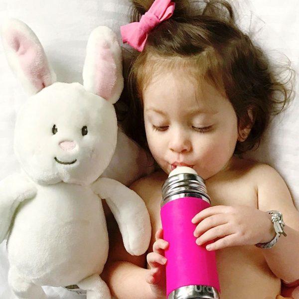 Pura sportkulacs 325ml-es pink színű kislány kezében